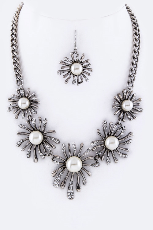 Pearl Crystal Flowers Necklace - orangeshine.com
