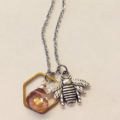 A drop of honey bee necklace - orangeshine.com